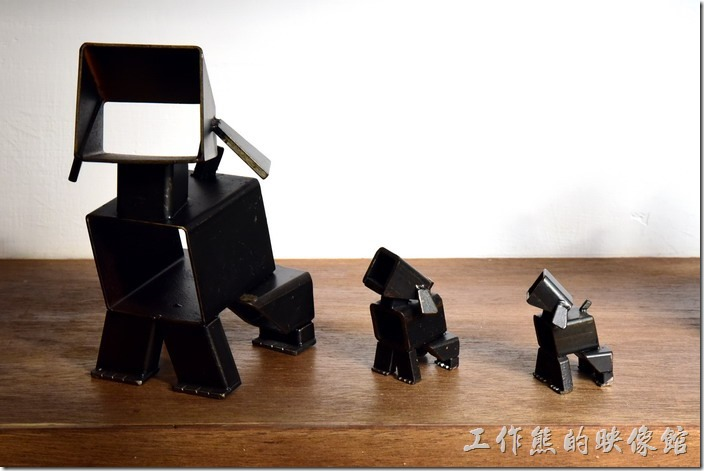 台南-藍晒圖文創園區。用簡單的鋼條製作出許多不同造型的狗狗,真的好可愛。
