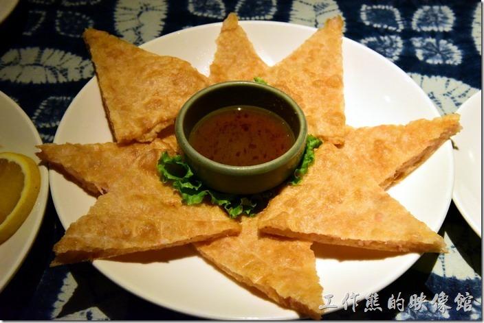 墾丁-曼波餐廳。月亮蝦餅,NT280。薄片的月亮蝦餅,配上甜辣醬,如果可以建議要點辣椒會更好吃,皮脆蝦子可口。