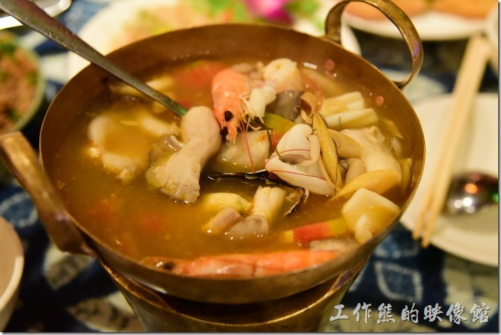 墾丁-曼波餐廳。酸辣海鮮湯(小),NT250。這個海鮮湯的用料非常實在豐盛,有三隻蝦子、花枝、菇類。