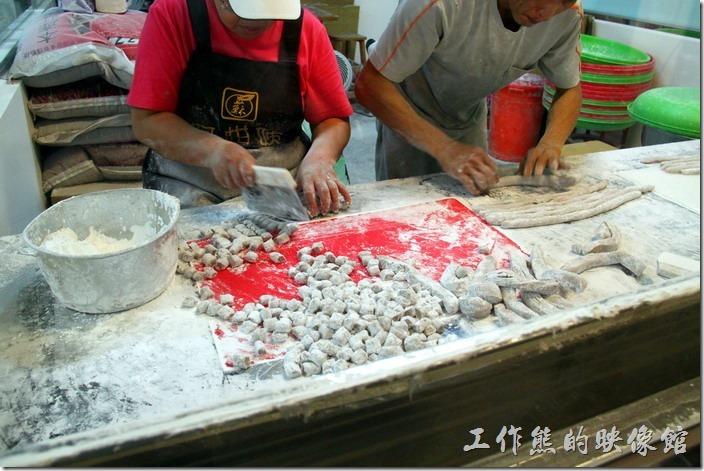 九份-阿柑姨芋圓。這裡會把搓成條狀的芋圓及地瓜圓裁切成塊狀。
