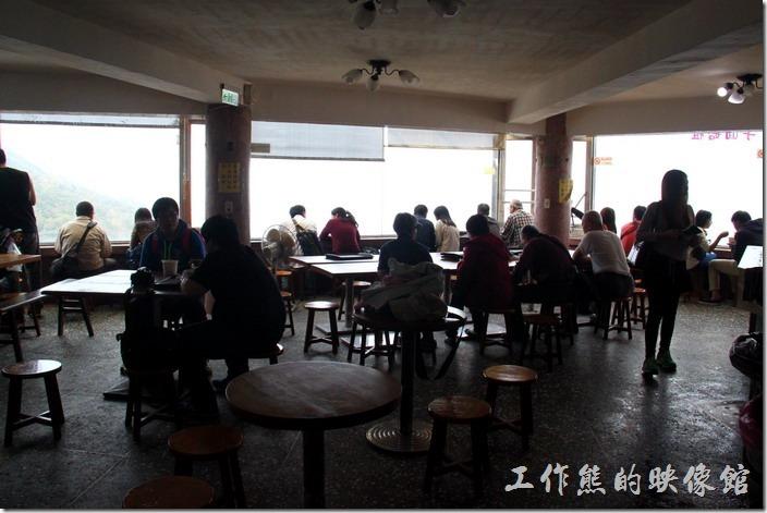 九份阿柑姨芋圓的後方有個大廣場可以容納許多遊客在此享用芋圓。