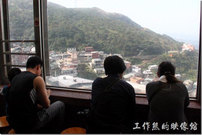 九份阿柑姨芋圓的用餐處可以眺望山巒及海景。