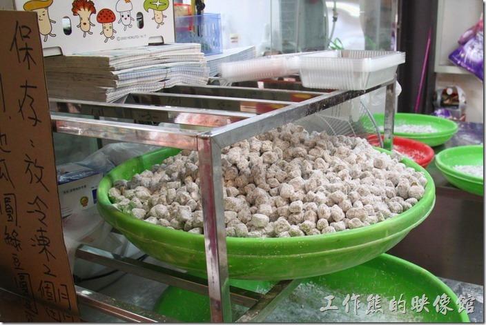 九份-阿柑姨芋圓。買了阿柑姨的芋圓之後,從旁邊的狹小走道過去後面有用餐的空間,走道旁也可以看到芋圓及地瓜圓是如何被製作出來的。