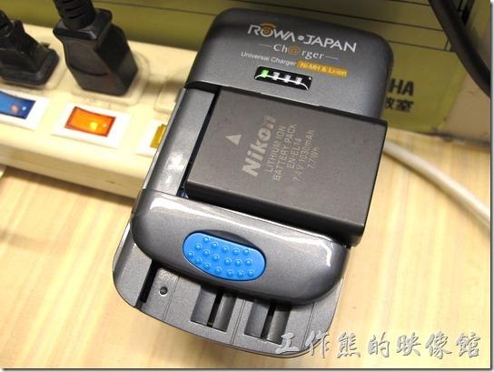 ROWA萬用電池充電器。拿來充Nikon EN14(7.4V) 電池OK。