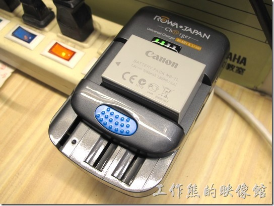 ROWA萬用電池充電器。拿來充Canon NB-7L(7.4V) 電池OK。