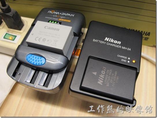 比較一下【ROWA BM004】與Nikon原廠的充電電池大小,其實差不多大,真不知道為何原廠的充電電池一定要做這麼醜。
