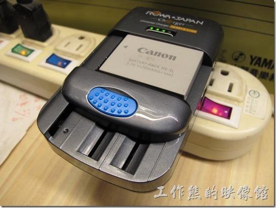 ROWA萬用電池充電器。拿來充Canon NB-5L(3.4V) 電池OK。