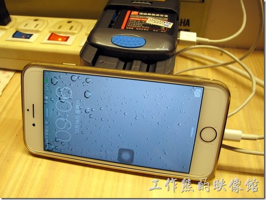 ROWA萬用電池充電器。USB接口充電iPhone手幾ok。