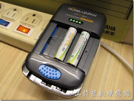 ROWA萬用電池充電器。拿來充4號鎳氫電(AAA)池OK。