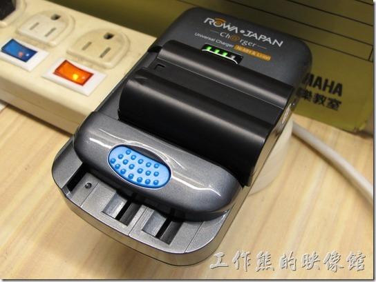 ROWA萬用電池充電器。拿來充Nikon EN-EL15(7.0V) 電池OK。