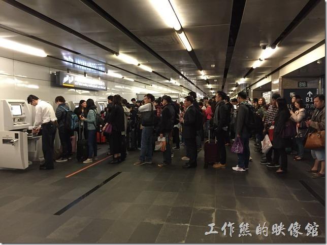 台灣高鐵2015年12月04日台北車站晚上七點多時的排隊人潮