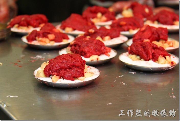 九份的紅糟肉圓半成品。