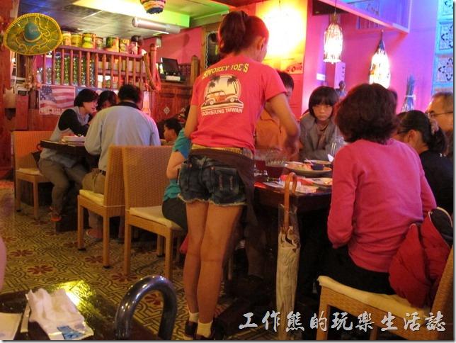屏東墾丁-冒煙的喬。這邊的服務生一律穿著紅色上一級牛仔短褲,前面還得為一條有個墨西哥風格的小圍巾。