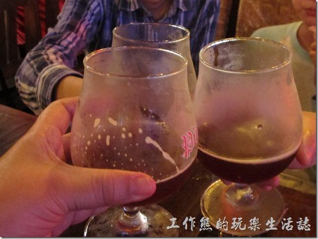 屏東墾丁-冒煙的喬。有沒有看到連喝啤酒的酒杯都是冰凍過的,連大兒子也忍不住跟著我們一起喝了一半杯,酒酣耳熱,相當舒服。