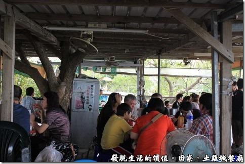 陳甚礦區土雞城。簡陋的用餐環境,也算是一種原野的享受吧!