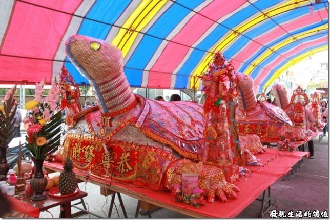一甲觀音亭過巷。信徒們用巨大的麵龜來幫觀音菩薩祝壽,據說麵龜越大就越有誠意,個人覺得心意最重要啦!