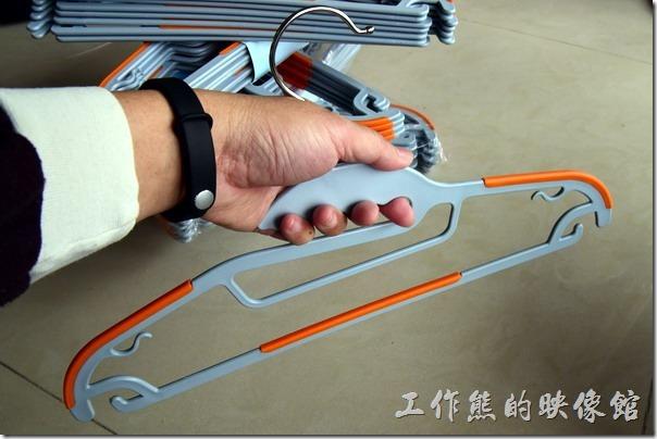 這款【牽禮馬 第二代乾濕兩用防滑衣架】設計有人手指形,容易抓取。單抓一支衣架沒有問題,不過如果太多把衣架同時抓取不好握。