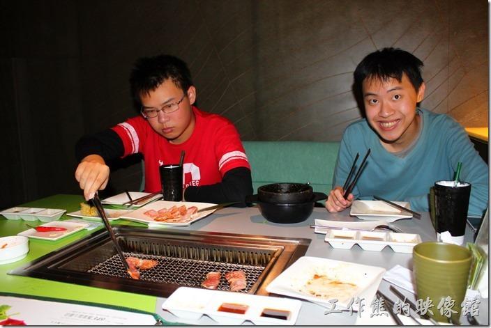 台南-原燒。看這兩個小孩吃燒肉多麼興奮。