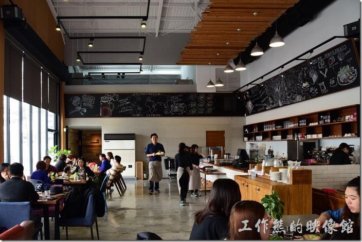 台南光合箱子早午餐咖啡廳的廚房設置在餐廳的最後面位置,吧台前只有工作人員,少了一般小咖啡廳客人坐在吧台前與老闆聊天的熱絡。