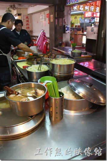 基隆夜市-滷排骨飯。大部分的客人都是外帶,看來還蠻多基隆在地人捧場的。