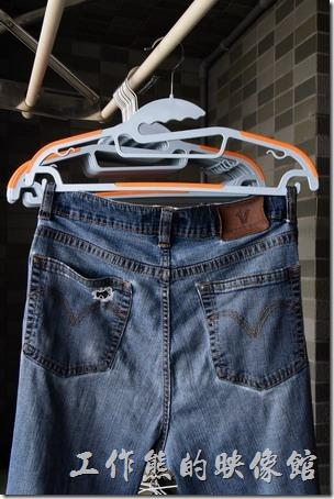 這款【牽禮馬-第二代乾濕兩用防滑衣架】有褲子掛勾設計,可以確保褲子不易脫落。