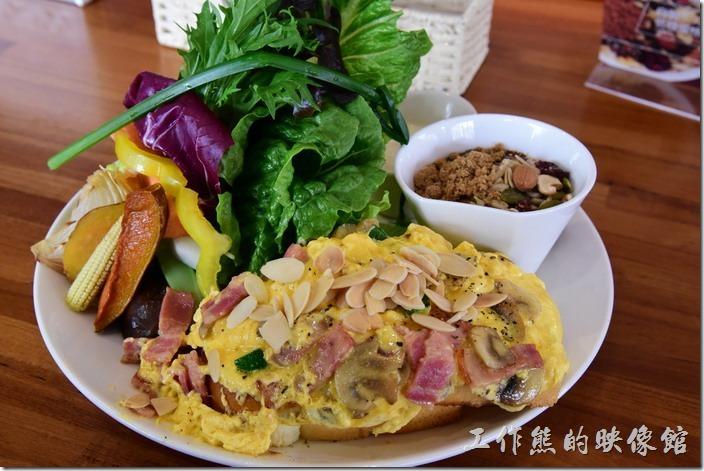 台南-光合箱子早午餐。這是我們點的「奶油培根菇菇蛋」,NT280。主餐就是最前面使用法國進口奶油做成的香滑奶油蛋配上培根及蕈菇,上面灑滿了杏仁片,滑蛋的下方有兩片烘培麵包。除了主菜外,後面還有佔據一半盤面的生菜,生菜的左手邊有涼拌玉米筍、地瓜、茄子、洋蔥、花椰菜,另外還有新鮮的芭樂、紅蘿蔔條、山藥條、甜椒。