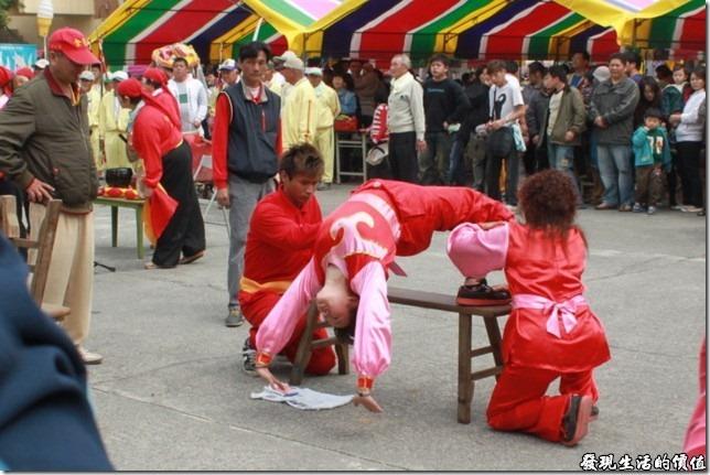 一甲觀音亭過巷。廟前除了有傳統的布袋戲及歌仔戲之外,也有陣頭的民俗表演活動。