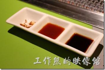 台南-原燒。餐桌上有海鹽及胡椒利,吃頂級的燒肉其實只要灑點鹽巴就很好吃了。店家另外會再上一個三連池,裡頭有醬油。