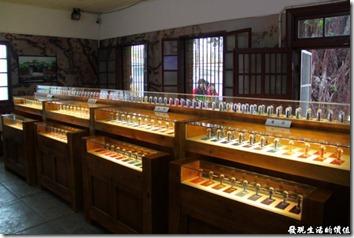 台南-運河博物館。其實一進到台南運河博物館,第一掩映入眼簾的反而是一排又一排被安至於水晶內的各色彩鹽,這當然是民營業者的販賣商品,還好沒有強力推銷,否則還真的會有些反感。