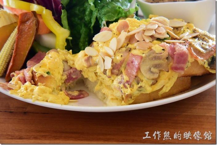 台南-光合箱子早午餐。「奶油培根菇菇蛋」的滑蛋鮮嫩好吃,可惜整個份量有點多到讓人吃不完。