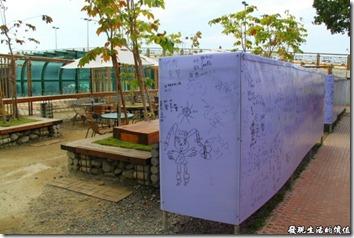 台南運河博物館還有室外的咖啡座,假日人多的時候應該會有些表演,因為連舞台都有了。