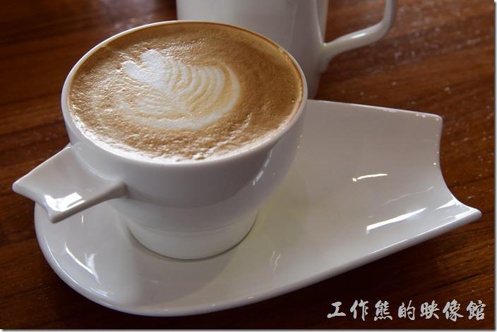 台南-光合箱子早午餐。熱的卡布其諾咖啡,套餐要額外加價NT80元。工作熊推薦這杯咖啡,雖然有點貴,但是咖啡與牛奶的比率調和的恰到好處,濃郁的咖啡香氣,配上香醇的牛奶,喝起來是一種享受。