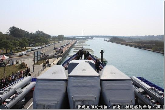 驅逐艦展示館,這是從艦橋往外看下去的風景,整個船首的景象可以看得一清二楚。