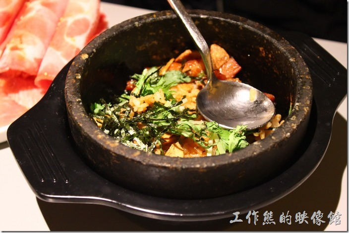台南-原燒。石鍋拌飯,這一碗下肚大概也就飽了,所以我們也沒吃完。