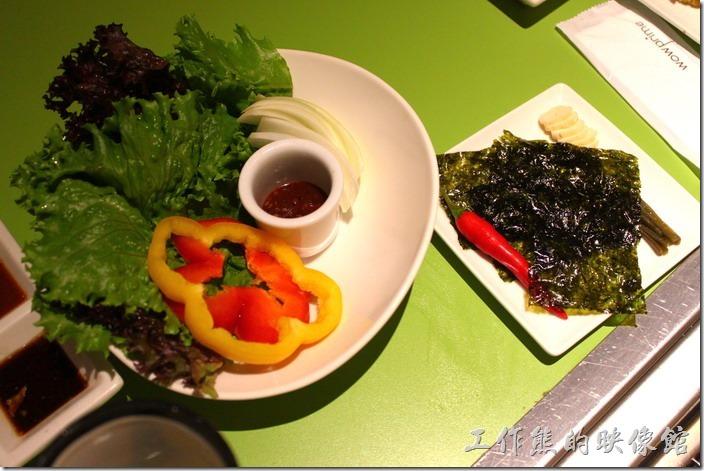 台南-原燒。生菜可以包肉吃,還有海苔。