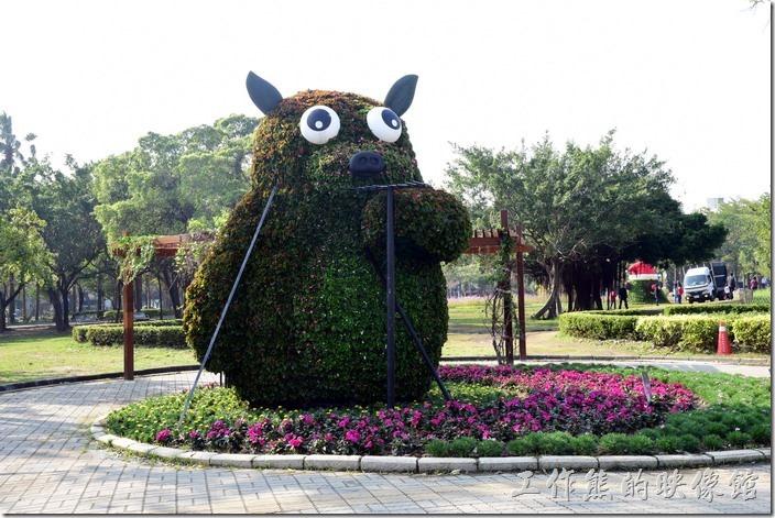 台南-2016百花祭-水萍溫公園。這個似乎是熊貓,可是看起來又有點像豬!