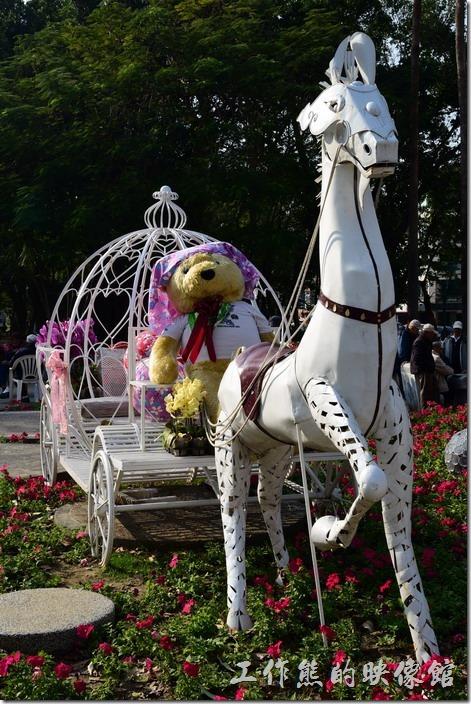 台南-2016百花祭-水萍溫公園。這馬車從幾年前就開始出現,總算沒有浪費可以重複利用。