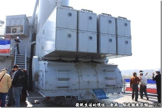 驅逐艦展示館,ASROC反潛火箭發射座,這種武器屬於遠距攻擊,要先把飛彈打到空中然後在潛到水底下。