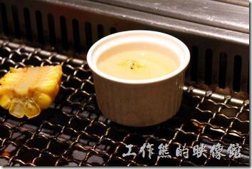 台南-原燒。個人推薦這裡放在小瓷杯內的干貝,超好吃,直接放在烤網上煮熟就可以使用,也不怕烤焦。