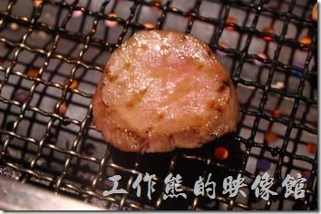 台南-原燒。這牛舌不好烤,烤了吃,不熟再烤,來來回回試了好幾回,但是烤好後很好吃。