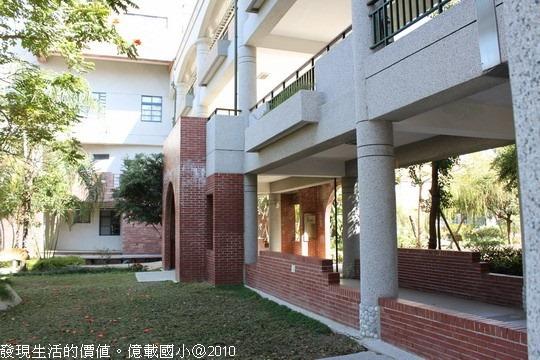 [台南安平]億載國小。校園內運用了大量的紅磚,可能是為了與古蹟相映吧!