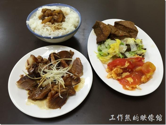 台南南港-豬腳將軍。基本上這樣一碗滷肉飯,三樣小菜及主餐就是一份餐點,這個是中段便當。