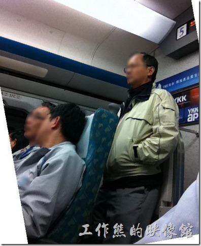 明明買了全票,後面或旁邊卻佔了一個衛兵。台灣高鐵有販賣自由坐的車票(95折) ,可是卻發現很多持自由座車票的乘客硬要闖入對號座車廂,還像衛兵一樣與對號座旅客爭空間,雖然還是沒有座位,但這樣無形中給了座位上乘客壓力,想打開電腦都覺得後面有人一盯著看,怪難受的。如果大家都是自由座的車票就算了,可是明明自己付了比較多的費用,還是得忍受這樣的環境。