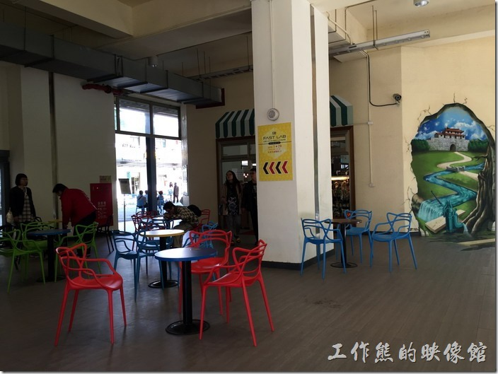 台南文創園區的創意生活館的一樓、二樓都有展管及創意商店,一樓還有開放空間可以公遊客休憩與喝咖啡的地方。