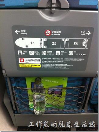 置物袋也設計成立體,善用了座椅背面原有的凹槽,可以放置更多的物品。
