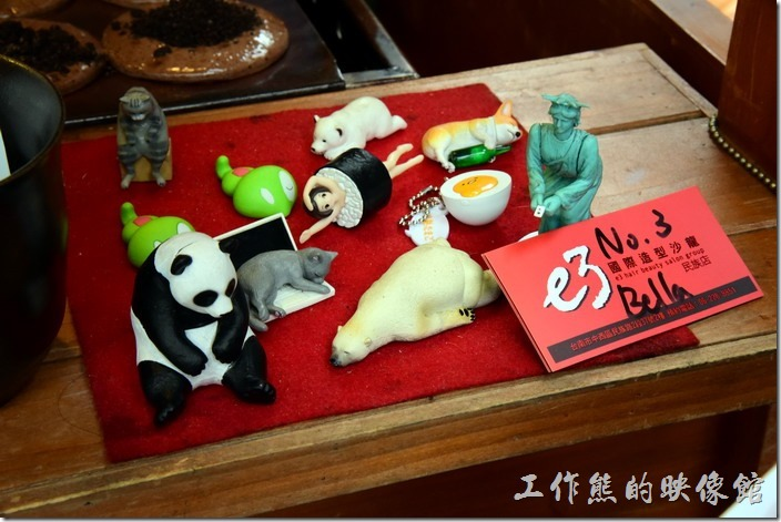 台南-宇田家菓子燒。攤位前有些可愛的玩偶,幾乎都是一幅慵懶的模樣動物。