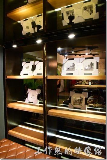 日光徐徐台南成功店地下室的樓梯及的入口處。