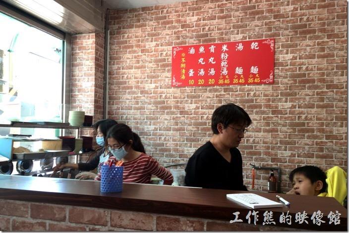 新素蘭麵店的煮麵廚房及櫃檯,左手邊的是素蘭的小女兒現在當煮麵手,中間穿橫條紋的是素蘭兒子的媳婦,右邊當然是素蘭的兒子。