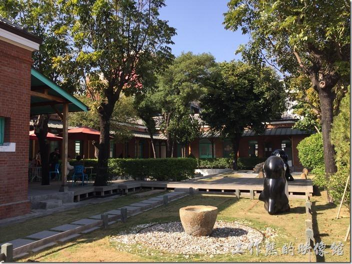 【臺南出張所】古蹟為ㄇ字型紅磚建構,後方有個日式庭園建築物,綠樹成蔭。