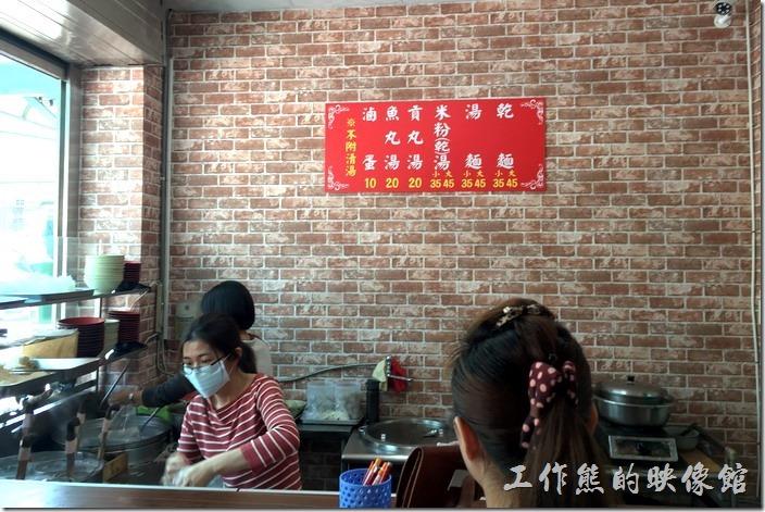 新素蘭麵店的煮麵廚房及櫃檯,左手邊的是素蘭的小女兒現在當主麵手,中間橫條文是素蘭兒子的媳婦,右邊當然是素蘭的兒子。